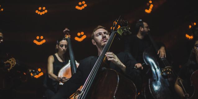 Imatge de músics tocant a l'escenari