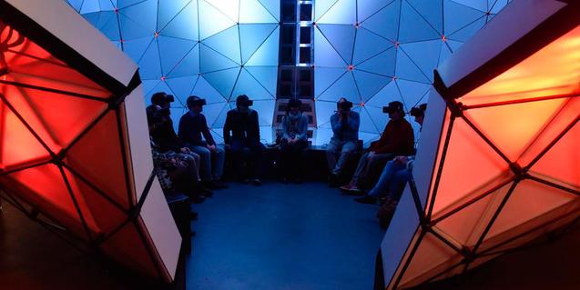 Imagen de visitantes en uno de los módulos de Talking Brains