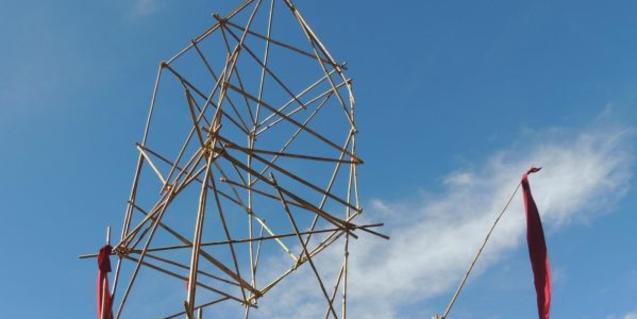 Una torre construïda amb bastons de fusta.