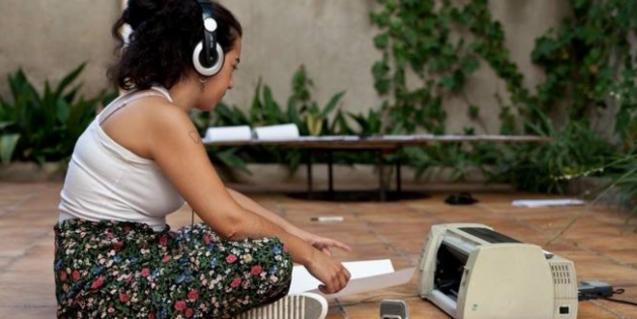 Laura Llaneli con auriculares
