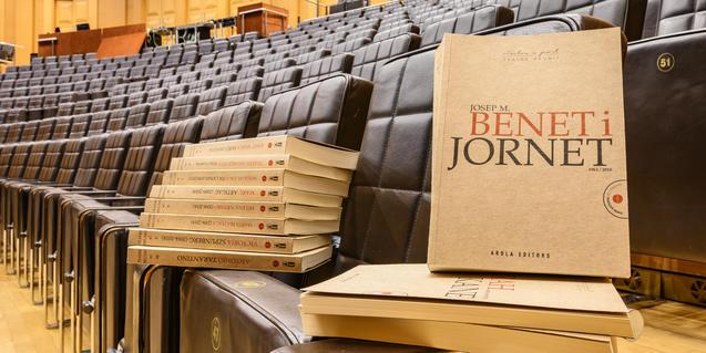 Josep Maria Benet i Jornet y sus obras de la colección 'Teatres reunits'. Fotografía de ©May Zircus|TNC