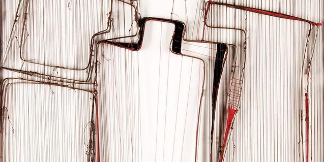 Una de las obras de Verónica Vázquez creada con hilos, cuerdas y circuitos