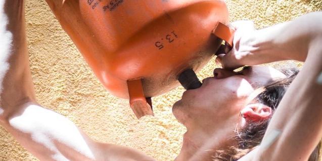 El cartell que anuncia l'espectacle mostra un adolescent bevent d'una bombona de gas butà