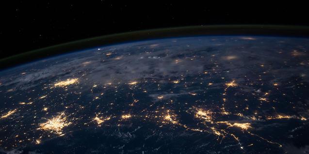 La Tierra de noche desde la Estación Espacial Internacional