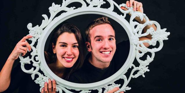 Dos actors retratats amb un marc davant la cara