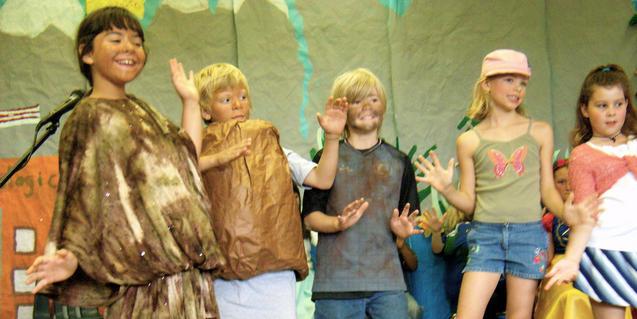 Nens i nenes disfressats en una sessió de taller de teatre