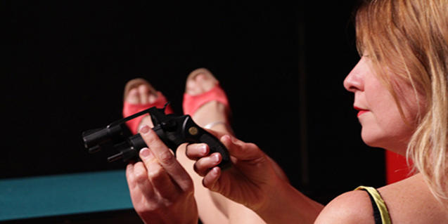 La protagonista de l'espectacle espera a la seva mare per tal de matar-la