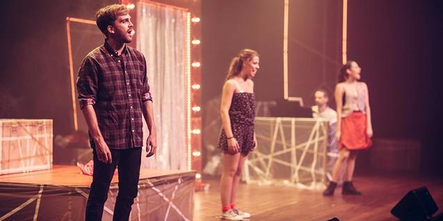 Fotografía de los jóvenes protagonistas en el escenario