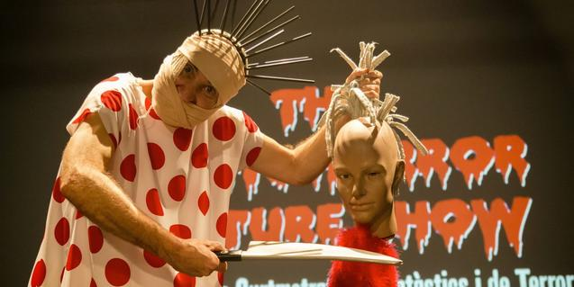Un actor vestit de monstre amb un cap tallat a la mà