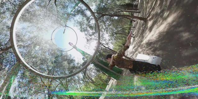 Retrat d'una dona que balla en una zona verda