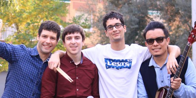 Els quatre integrants de la banda retratats en un parc amb les seves guitarres