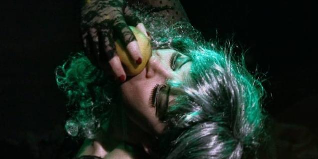 La actriz protagonista fotografiada desde arriba mientras muerde una manzana