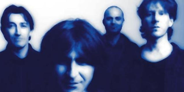 Un retrat de grup intencionadament desenfocat i en tons blaus dels quatre membres de la banda