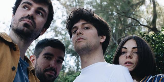 Els integrants de la banda retratats sota un arbre