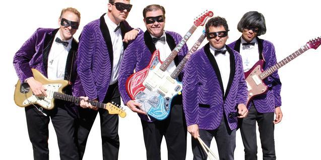 Los miembros del quinteto con sus guitarras y tapandose la cara con antifaces