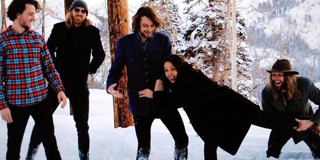 Los miembros de la formación retratados en un bosque nevado