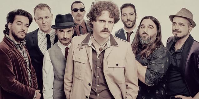 Retrato de grupo de los ocho componentes de la banda