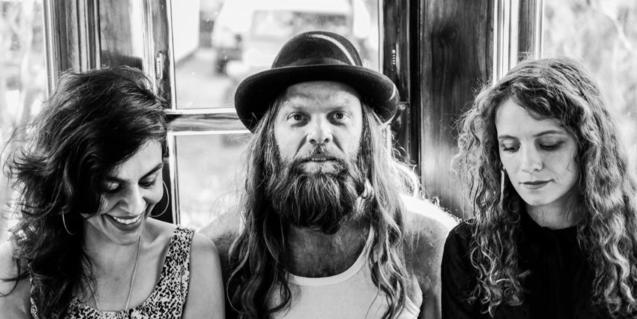 """Retrato de grupo en blanco y negro de Thor Harris y las artistas Peggy Ghorbani y Sarah """"Goat"""" Gautier"""