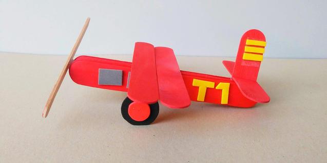 El popular avió del Tibidabo, fet amb pals de gelat.