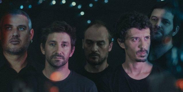 Los cinco integrantes de la banda de Manresa retratados sobre un fondo negro
