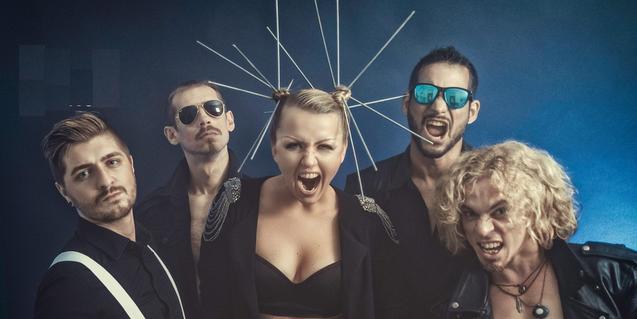 Los cinco miembros de la banda con la vocalista en el centro con unas largas agujas sujetándole el cabello