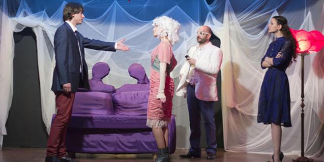 Una imatge de la representació d'aquesta comèdia sobre les infidelitats conjugals