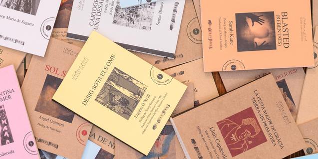 Alguns dels llibres de la Biblioteca del TNC