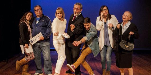 Els actors i actrius de la companyia en plena representació