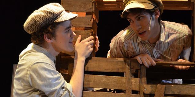 Fotografía del espectáculo con dos actores en el escenario