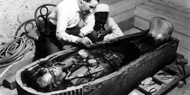 Fotografia del descobriment de la mòmia de Tutankamon