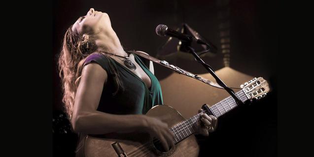 L'artista nord-americana tocant la guitarra durant una actuació