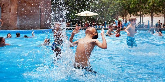 Niños en el agua bañándose