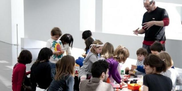 Fotografía de un taller infantil en el MACBA