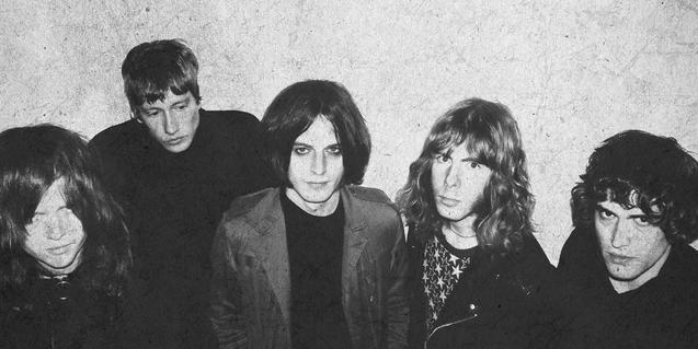 Retrato en blanco y negro de los cinco integrantes de la banda