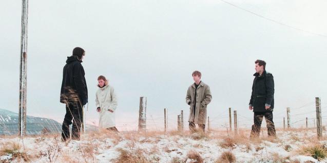 Los cuatro miembros de la banda retratados en un paisaje nevado