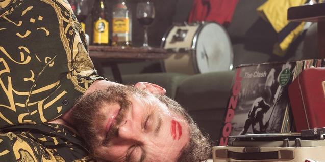 Retrato del músico que se finge inconsciente y lleva la marca de un lápiz de labios en la frente