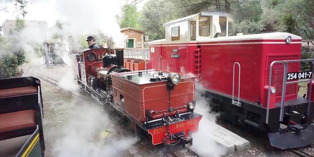Uno de los trenes que recorren el parque.