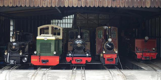 Los trenes, en las cocheras.