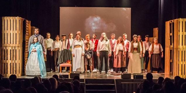 Los actores y actrices de la compañía, representando una escena de Els Miserables