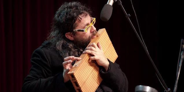 Uno de los músicos tocando un ladrillo como si fuera una flauta