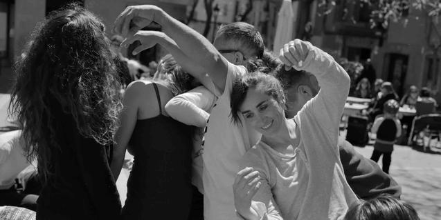 Un grupo de participantes bailan en una plaza de La Ribera