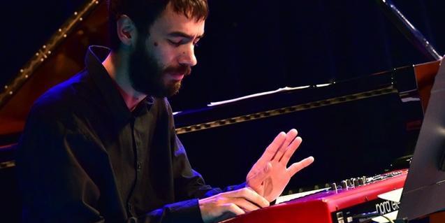Retrat del músic tocant un teclat electrònic