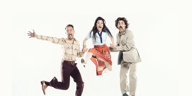 Imatge promocional de la comèdia 'Un cop l'any', amb el director i els dos intèrprets