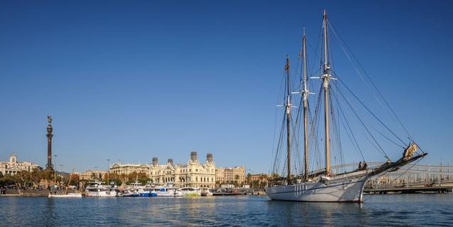 The sailing boat Santa Eulàlia takes you to sail around the Port of Barcelona