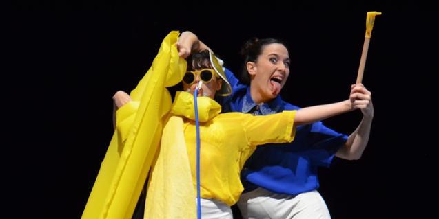 Dos bailarinas de danza contemporánea interpretando una danza disfrazadas y con un colchón de playa