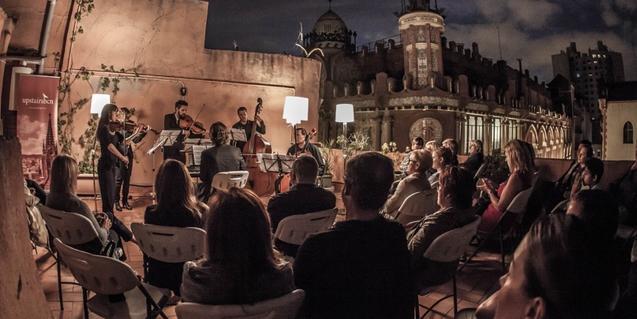 Una de les activitats culturals organitzades per Upstairs Barcelona als terrats de la ciutat