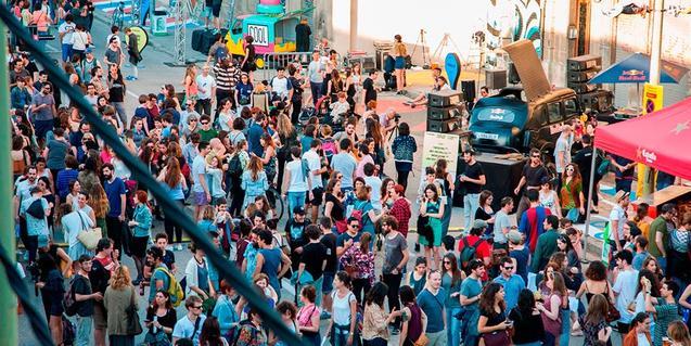 Un carrer ple de ciutadans en una edició anterior del festival