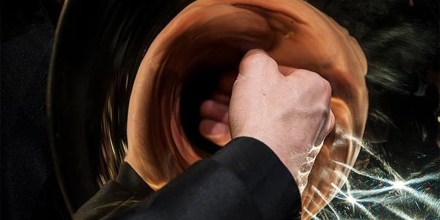 Fotografía de una mano con una trompeta