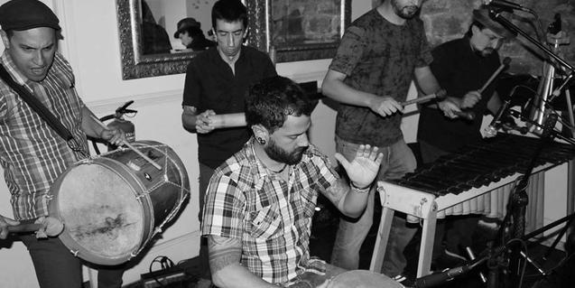 Fotografía de los músicos: Felipe Muñoz: Marimba y coros, Miguel Carrillo: Bombo y coros Sebastià, Cabra: Cununo y coros, Nicolás Cristancho: Marimba y Canto