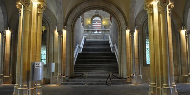 Escala d'Honor al vestíbul de l'Edifici Històric